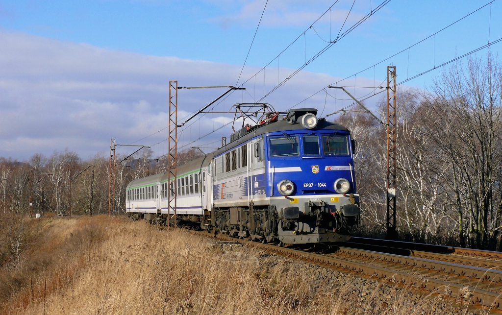 """Lokomotiva EP 07-1044, TLK 6015/5 """"Halny""""  (Wrocław – Wałbrzych – Jelenia Góra), Wałbrzych Fabryczny – Wałbrzych Główny, 30.12.2017 11:02 - Trainweb"""