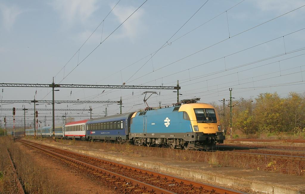 "Lokomotiva 1047 004-5, EN 467 ""Wiener Walzer""  (Zürich – Feldkirch – Innsbruck – Salzburg – Linz – Wien – Hegyeshalom – Győr – Budapest), Bicske, 5.11.2008 10:51 - Trainweb"