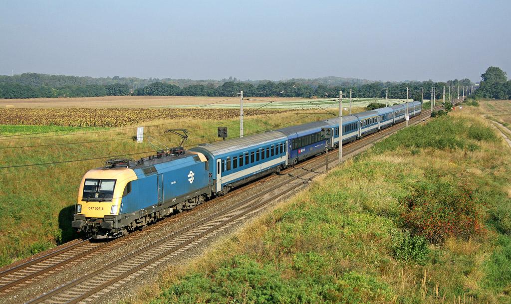 """Lokomotiva 1047 007-8, EN 467 """"Wiener Walzer""""  (Zürich  – Budapest Keleti pu), Gramatneusiedl, 3.9.2008 8:55 - Trainweb"""