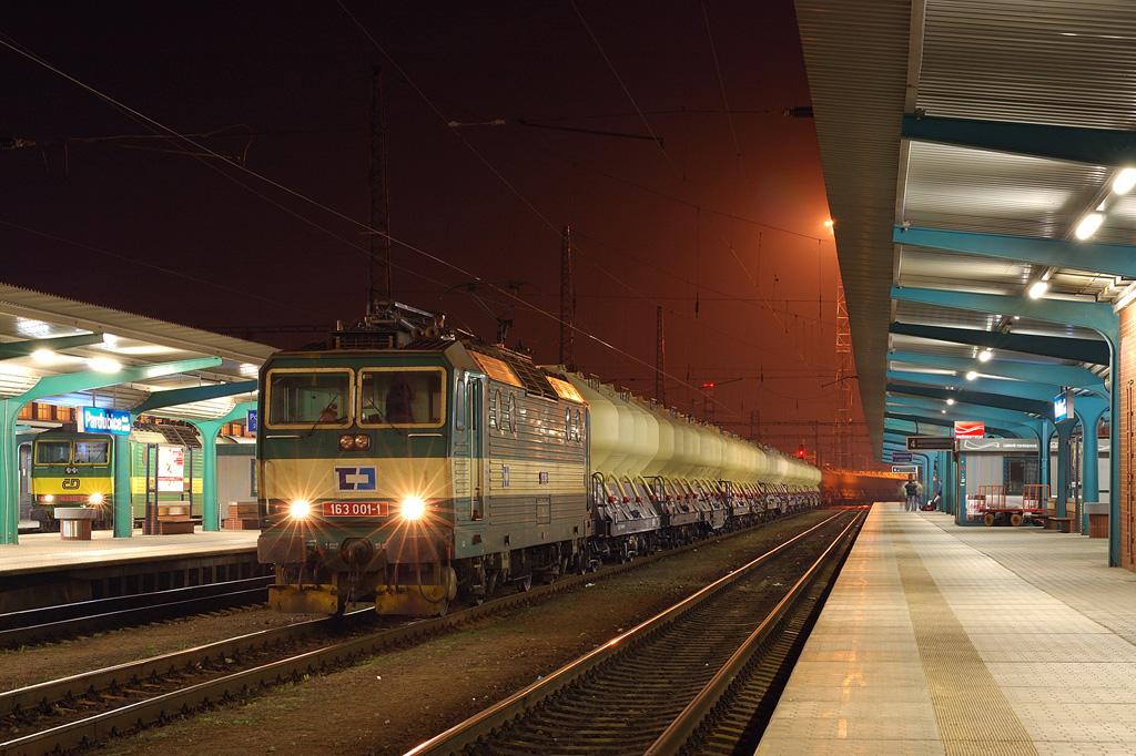 Lokomotiva 163 001-1 + 163 026-8, Pn 48746  (Varín – Žilina – Púchov – Hranice na Moravě – Olomouc – Česká Třebová – Kolín – Praha – Beroun), Pardubice hl.n., 4.4.2009 22:06 - Trainweb
