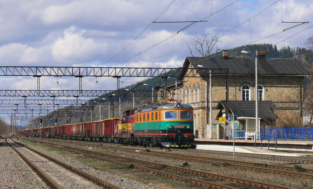 Lokomotiva 183 024-9 + SM42-2510, nákladní vlak z Czarnego Boru do Idzikowic, Boguszów Gorce, 13.3.2019 12:22 - Trainweb