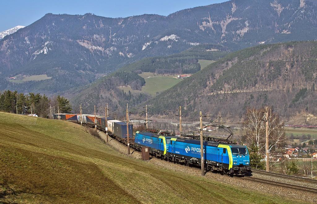 Lokomotiva 189 842 + 189 154, nákladní vlak, Küb – Eichberg am Semmering, 14.3.2014 11:54 - Trainweb