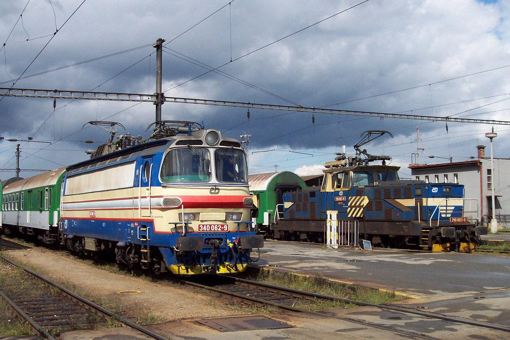 Lokomotiva 210 003-0, posun vedle 340 062, České Budějovice, 29.8.2006 14:02 - Trainweb
