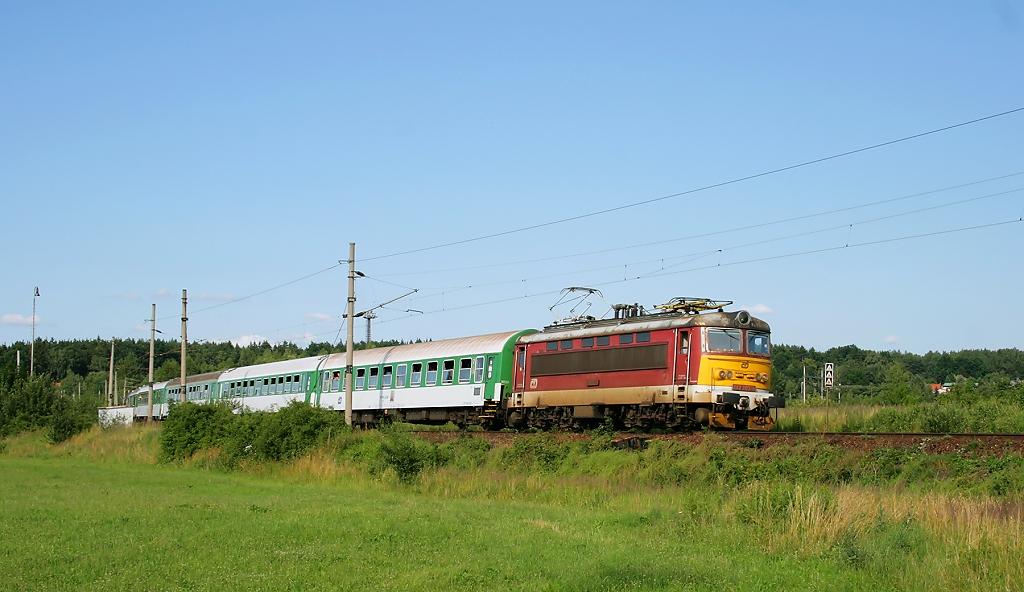 """Lokomotiva 242 203-8, R 666 """"Petr Vok""""  (Brno – Třebíč – Jihlava – České Budějovice – Plzeň), Veselí nad Lužnicí, 10.7.2011 17:41 - Trainweb"""