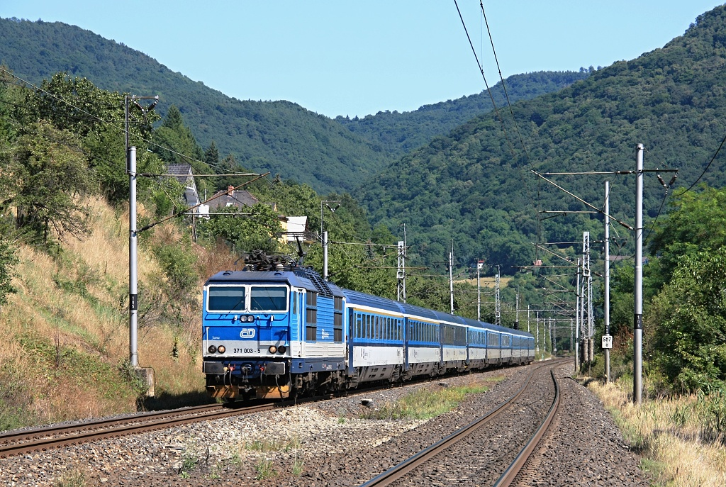 "Lokomotiva 371 003-5, EC 379 ""Porta Bohemica"" (Kiel – Berlin – Dresden – Děčín – Praha), Ústí nad Labem jih – Dolní Zálezly, 7.8.2017 14:33 - Trainweb"