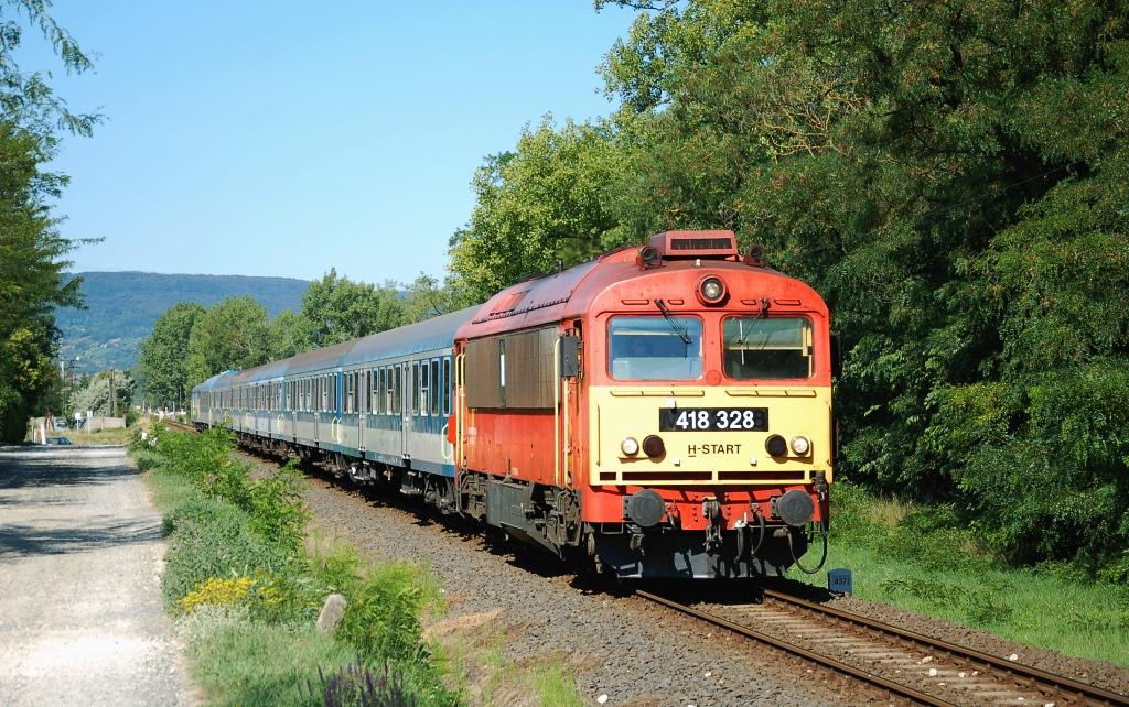 """Lokomotiva 418 328, S 19607 """"Kék Hullám""""  (Szombathely – Tapolca – Balatonfüred – Székesfehérvár – Budapest), Tapolca – Uzsabánya alsó, 19.7.2017 9:39 - Trainweb"""