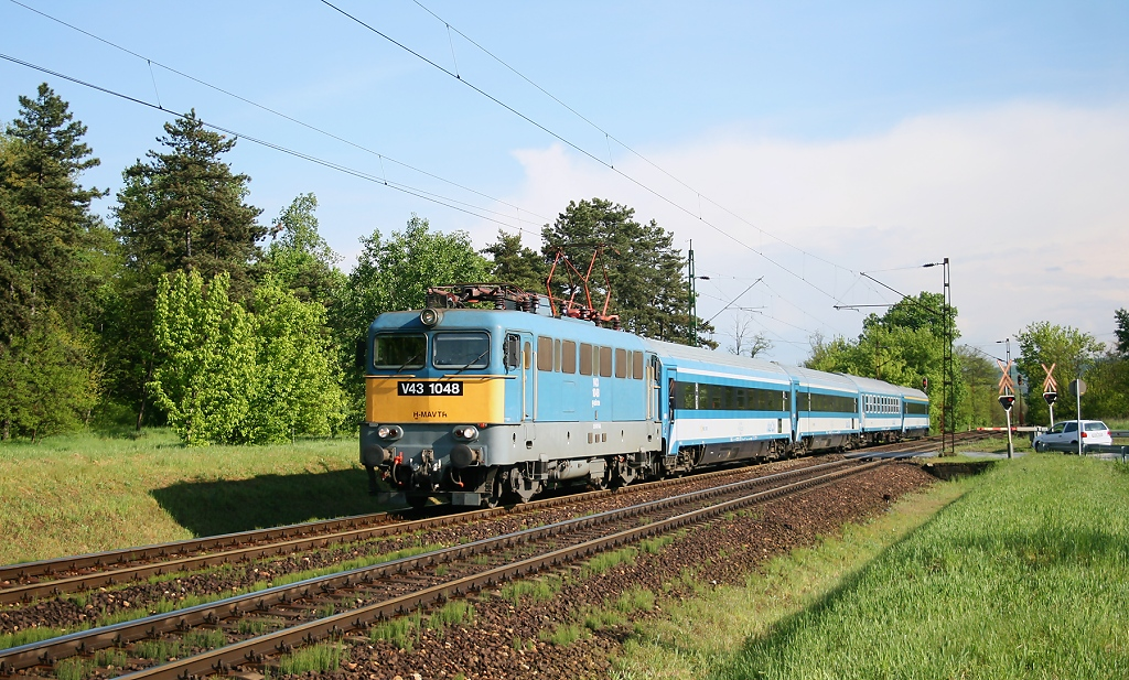 """Lokomotiva V 43 1048, IC 506 """"Sajó""""  (Budapest – Füzesabony – Miskolc), Gödöllő-Állami telep, 10.5.2011 16:54 - Trainweb"""