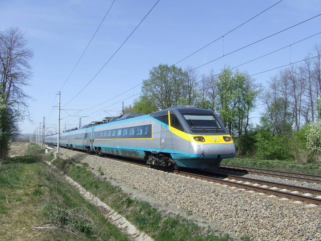 "Jednotka 681 003-0, SC 507 ""SC Pendolino""  (Praha – Pardubice – Olomouc – Ostrava), Žichlínek, 17.4.2007 13:30 - Trainweb"