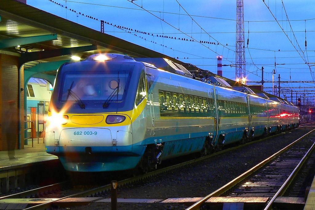 "Jednotka 682 003-9, SC 500 ""SC Pendolino""  (Ostrava – Olomouc – Pardubice – Praha), Pardubice hl.n., 7.1.2007 7:33 - Trainweb"