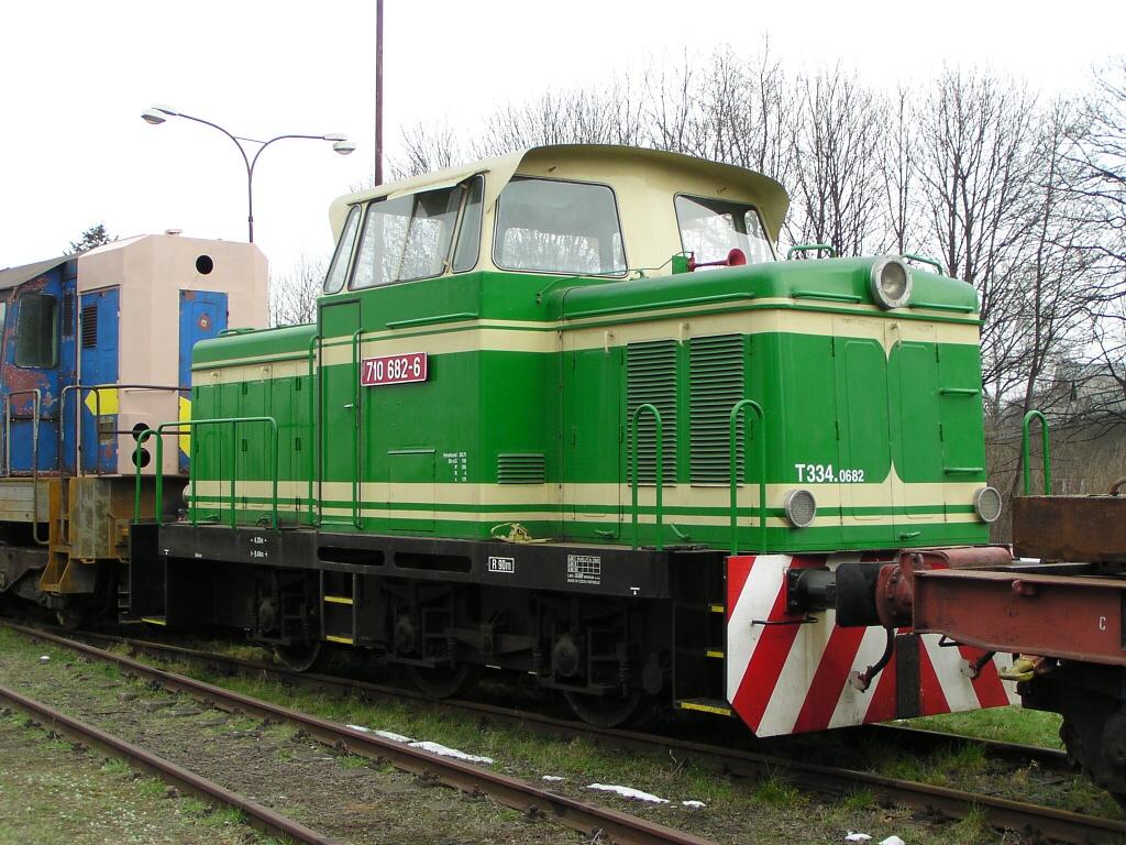 Lokomotiva 710 682-6, areál Olpas Moravia Krnov, 24.3.2007 13:14 - Trainweb