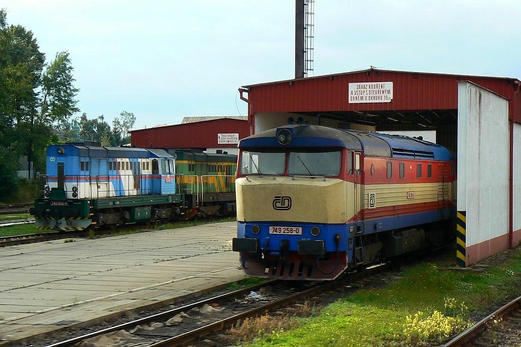 Lokomotiva 743 002-8 + 743 006-9 + 749 258-0, depo Liberec, 3.8.2007 18:13 - Trainweb