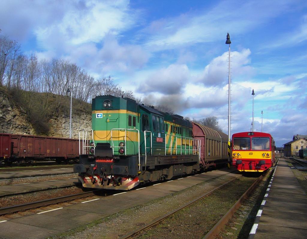 Lokomotiva 743 003-6 + 809 281-9, nákladní vlak směr Mladá Boleslav, Bakov nad Jizerou, 1.3.2008 12:50 - Trainweb