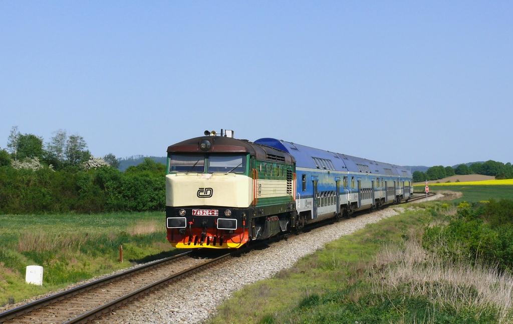 Lokomotiva 749 264-8, Os 9066 (Čerčany – Vrané nad Vltavou – Praha), Poříčí nad Sázavou-Svárov – Pecerady, 5.5.2018 15:50 - Trainweb