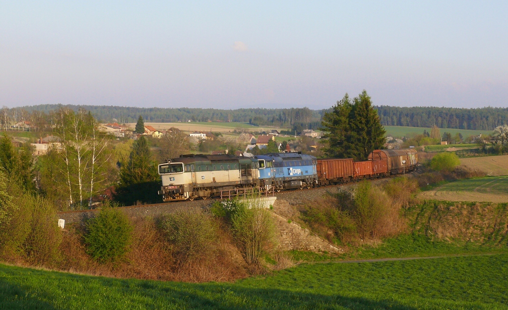 Lokomotiva 750 213-1 + 750 287-5, Mn 83372 (Hradec Králové – Jaroměř – Trutnov), Olešnice – Červený Kostelec, 22.4.2019 18:56 - Trainweb