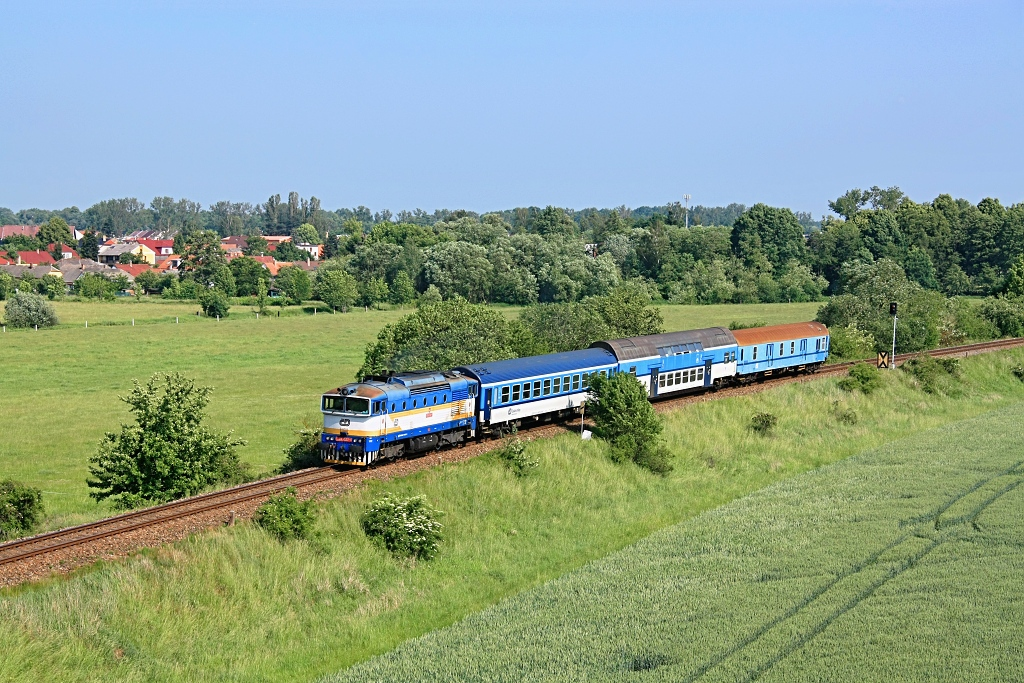 Lokomotiva 754 027-1, Os 8707 (Veselí nad Lužnicí – Třeboň – České Velenice), Lomnice nad Lužnicí – Lužnice, 29.5.2018 9:53 - Trainweb