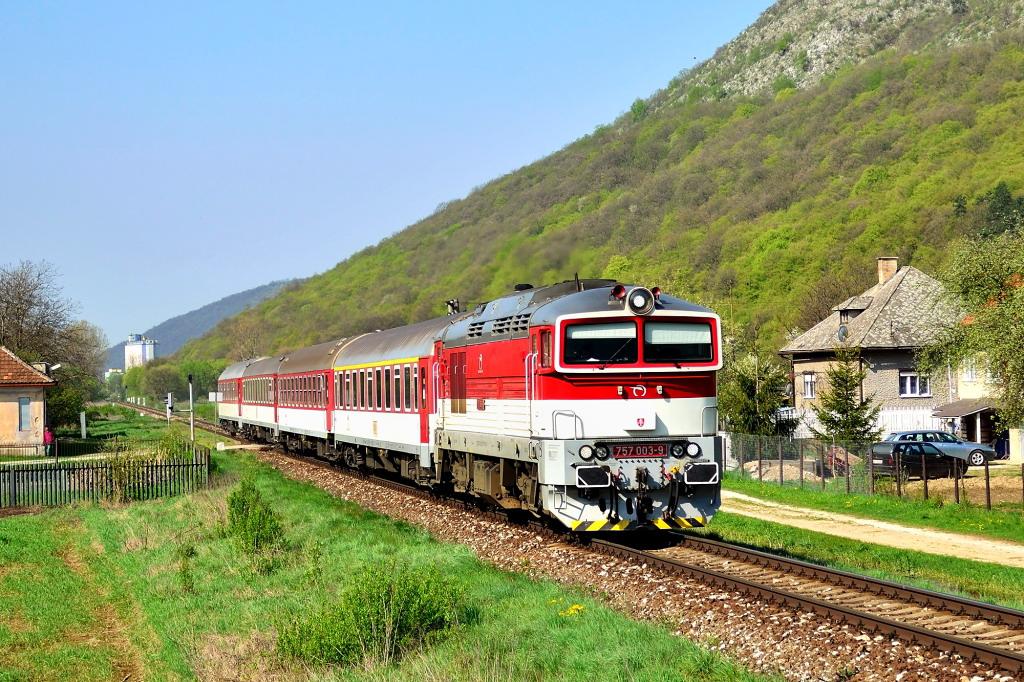 """Lokomotiva 757 003-9, R 931 """"Ipeľ""""  (Zvolen – Lučenec – Fiľakovo – Plešivec – Košice), Vidová, 25.4.2013 9:29 - Trainweb"""