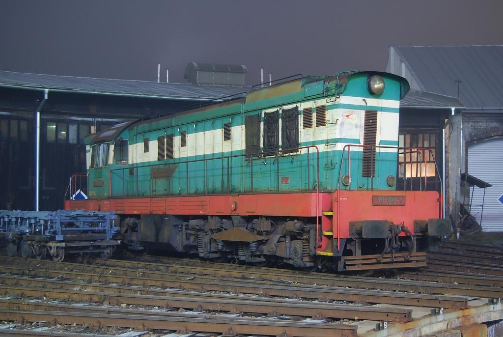 Lokomotiva 771 017-1, odstavený, RD Žilina, 9.12.2008 21:25 - Trainweb