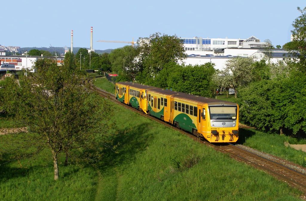 Motorový vůz 814 003-0 + 814 052-7, Os 14248 (Vizovice – Zlín – Otrokovice), Zlín-Prštné – Zlín-Louky, 28.4.2009 17:56 - Trainweb