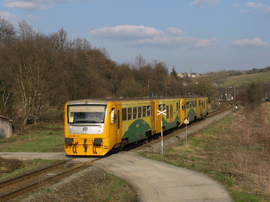 Motorový vůz 814 003-0, Os 14245  (Otrokovice – Zlín – Vizovice), Vizovice – Zádveřice, 3.4.2009 17:12 - Trainweb