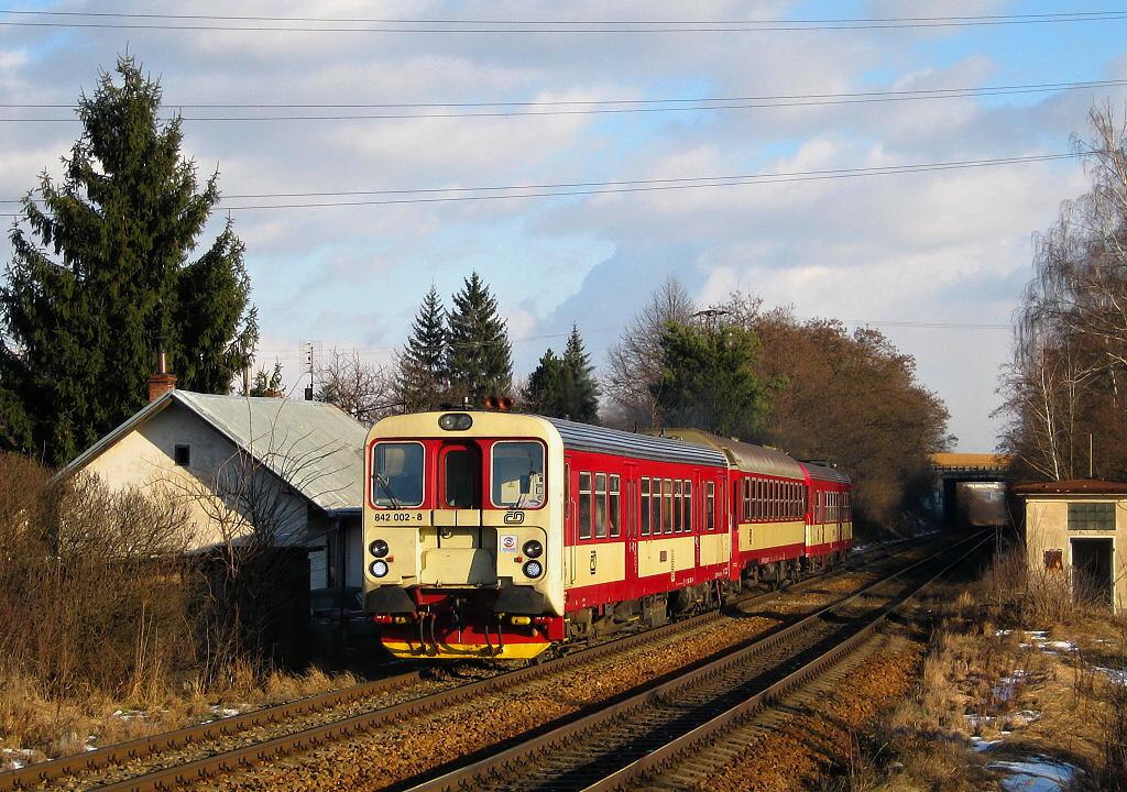 Motorový vůz 842 002-8, Os 4814  (Brno – Třebíč – Okříšky – Jihlava), Brno-Horní Heršpice – Troubsko, 3.1.2011 13:48 - Trainweb