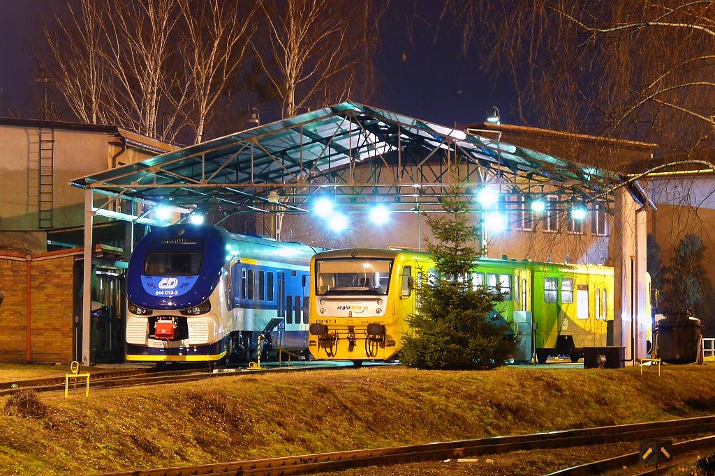 Motorový vůz 844 013-3 + 814 167-3, depo Valašské Meziříčí, 10.4.2013 21:26 - Trainweb