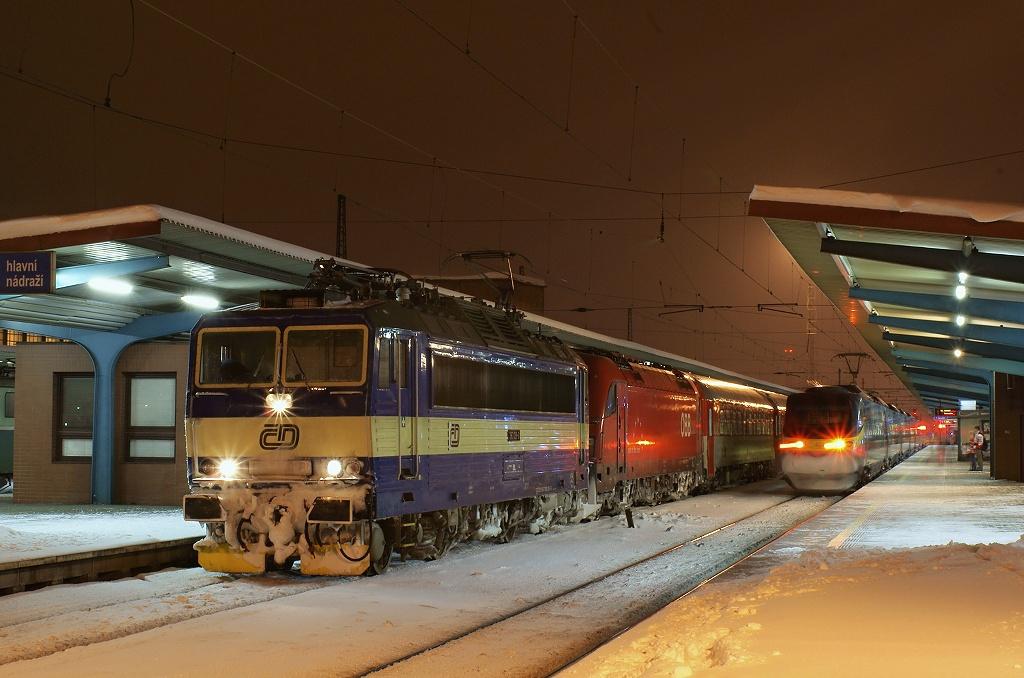 "Lokomotiva 363 129-8 + 1216 210-5, EC 74 ""Franz Schubert""  (Wiener Neustadt – Wien – Břeclav – Brno – Pardubice – Praha), Pardubice hl.n., 17.1.2010 20:15 - Trainweb"
