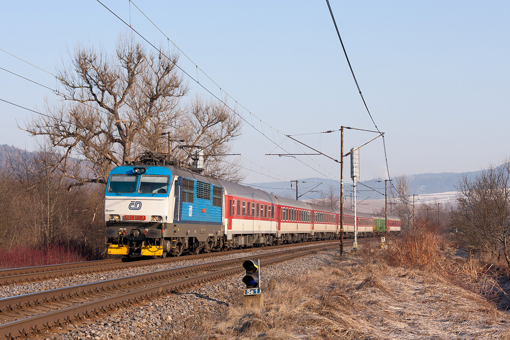 """Lokomotiva 150 213-7, Ex 220 """"Detvan""""  (Zvolen – Banská Bystrica – Vrútky – Žilina – Púchov – Vsetín – Hranice na M. – Olomouc – Pardubice – Praha), Považská Teplá, 7.3.2012 8:09 - Trainweb"""