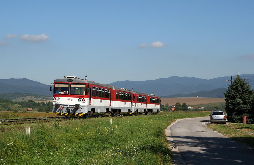 Motorový vůz 813 009-8+913 009-7 + 813 008-0+913 008-9, Os 5607  (Prievidza – Handlová – Horná Štubňa – Martin – Vrútky), Jazernica, 31.8.2011 10:13 - Trainweb