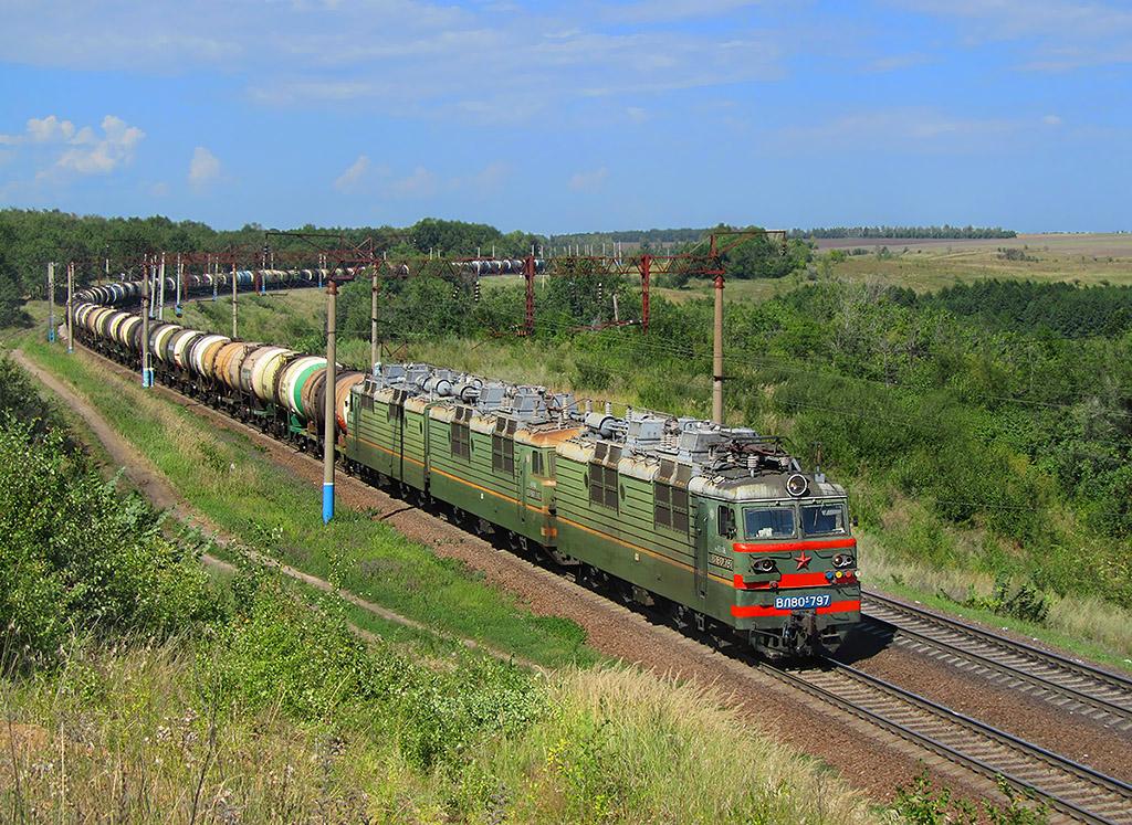 Lokomotiva VL80S-797/792, nákladní vlak, Koloděznaja – Davydovka  (Rusko, Voroněžská oblast), 13.8.2011 14:00 - Trainweb