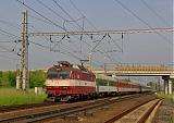 """Lokomotiva 350 001-4, EC 279 """"Jaroslav Hašek""""  (Praha – Pardubice – Brno – Břeclav – Bratislava – Štúrovo – Budapest), Pečky, 28.5.2008 8:02 - Trainweb"""