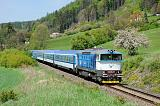 "Lokomotiva 750 703-1, R 926 ""Hradečan""  (Trutnov – Starkoč – Hradec Králové – Nymburk – Praha), Velké Svatoňovice – Malé Svatoňovice, 8.5.2019 12:58 - Trainweb"