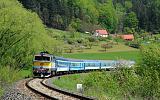 "Lokomotiva 754 048-7, R 925 ""Hradečan""  (Praha – Nymburk – Hradec Králové – Starkoč – Trutnov), Malé Svatoňovice – Velké Svatoňovice, 8.5.2019 13:05 - Trainweb"